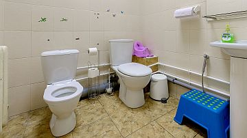 В туалете есть взрослый и детский унитазы
