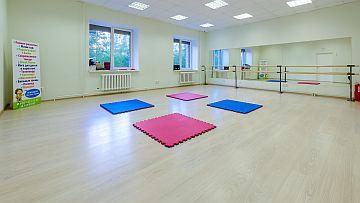 Фото 1: просторный спортивный зал для занятий детей