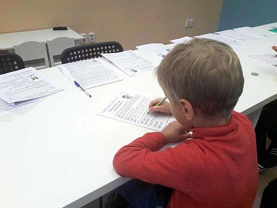 Дети пишут в прописях