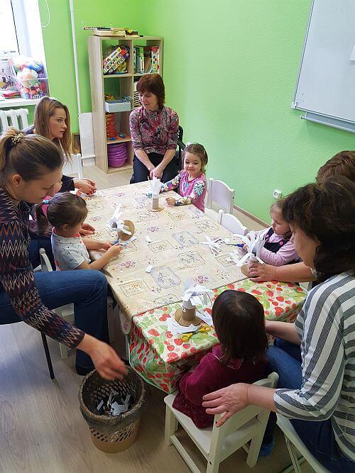На занятиях дети с мамами рисуют, лепят, делают аппликации