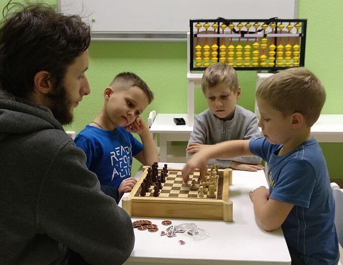 Занятия в шахматном клубе на Проспекте Просвещения