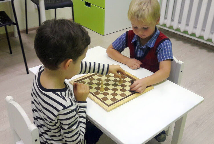 Обучение  детей шахматам в центре